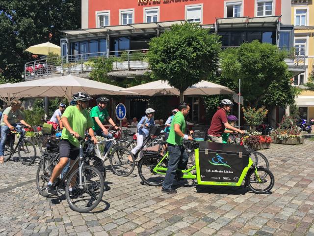 Fahrradfahrer am Hafen